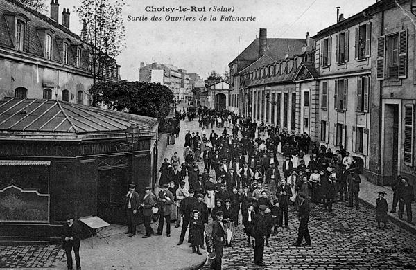 Sortie des ouvriers de la faïencerie, avenue A. France, vers 1900