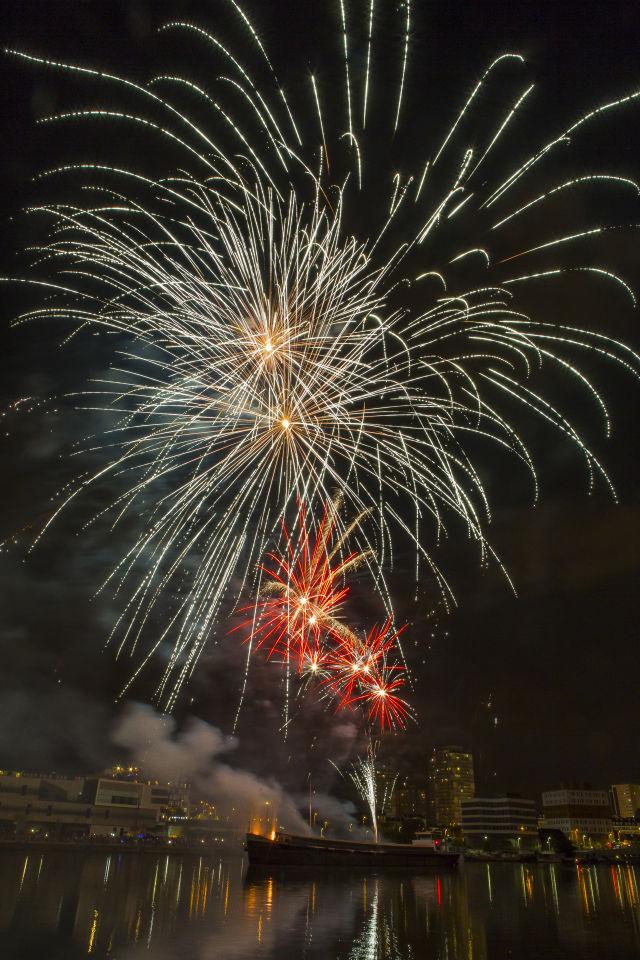 Un feu d'artifice haut en couleurs tiré de la Seine a illuminé le ciel de Choisy le vendredi 13 juillet. © Toufik Oulmi